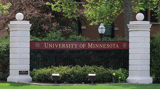800px University of Minnesota entrance sign 1