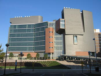 800px-2008-10-05_05_Cincinnati_architecture_the_University_of_Cincinnatis_CARECrawley_Building